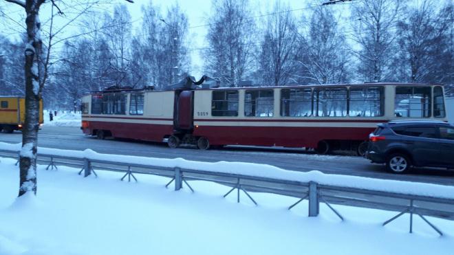 Сошедший с рельсов трамвай задел Toyota в Калининском районе