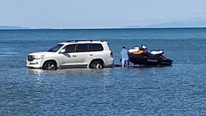 В Бурятии мужчина загнал внедорожник в озеро Байкал