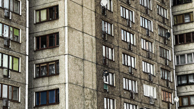 Одинокая пенсионерка выпала из окна своей квартиры