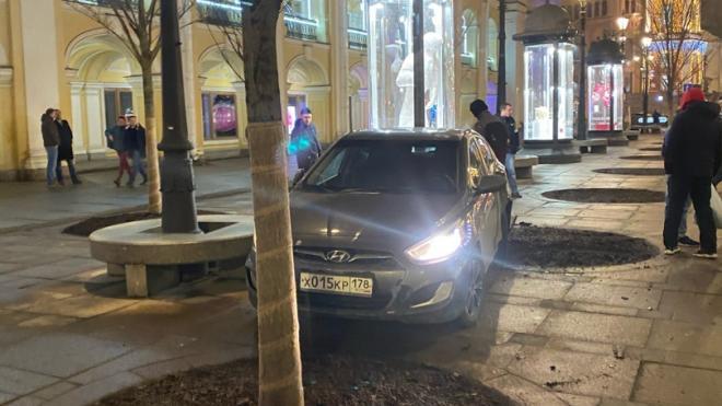 В центре Петербурга иномарка сбила девушку и парня на автобусной остановке
