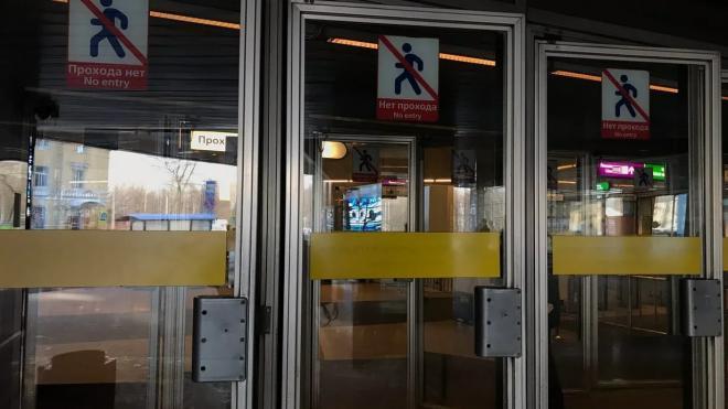В метро Петербурга следят за пассажирами на платформе без масок
