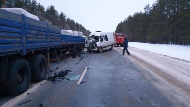 Трое погибших: Под Архангельском микроавтобус протаранил стоящий грузовик
