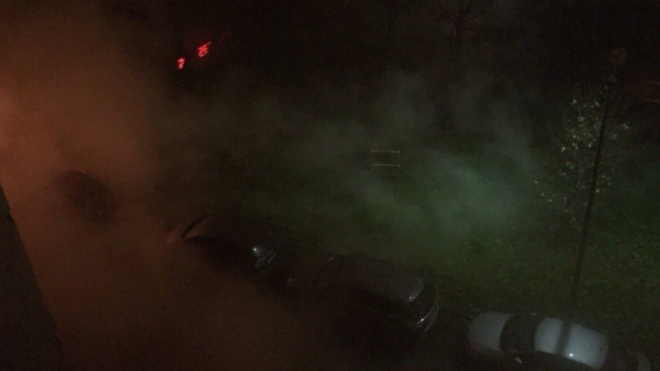 На Северном проспекте из-за прорыва трубы с кипятком пострадал двор и машины