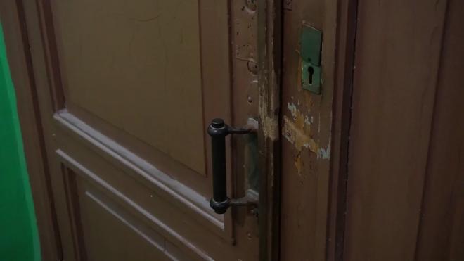 В Тосненском районе соседи задержали мужчину с женщиной, которые вскрыли дверь дома