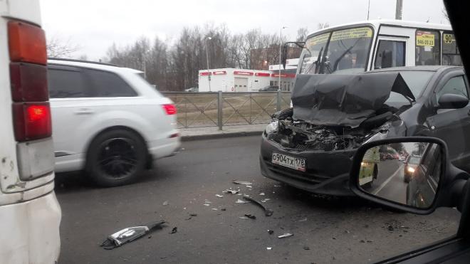 """Автоледи """"припарковалась"""" в маршрутку на улице Коммуны"""