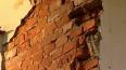 На Таврической улице кусок фасада рухнул в метре от женщ...
