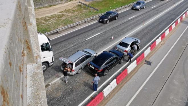 Три машины столкнулись в районе недействующего моста через КАД