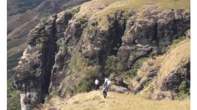 На Фиджи женщина наткнулась в горах на младенца в подгузниках, который ползал среди 5 мертвых тел