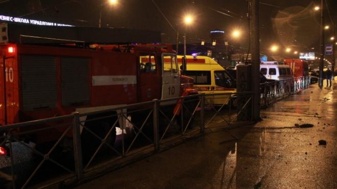 На Ждановской набережной подняли из Невы автомобиль, рухнувший минувшей ночью