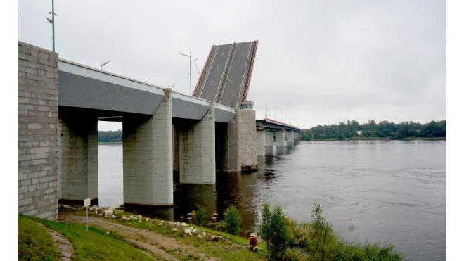 """Движение по трассе """"Кола"""" перекроют из-за разводки Ладожского моста"""