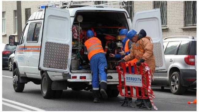 На улице Маршала Казакова, 10, вновь прорвало трубу