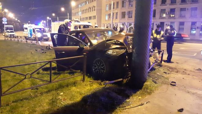 У площади Мужества Porsche врезался в столб