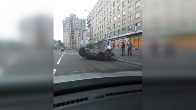 На улице Бабушкина перевернулся автомобиль