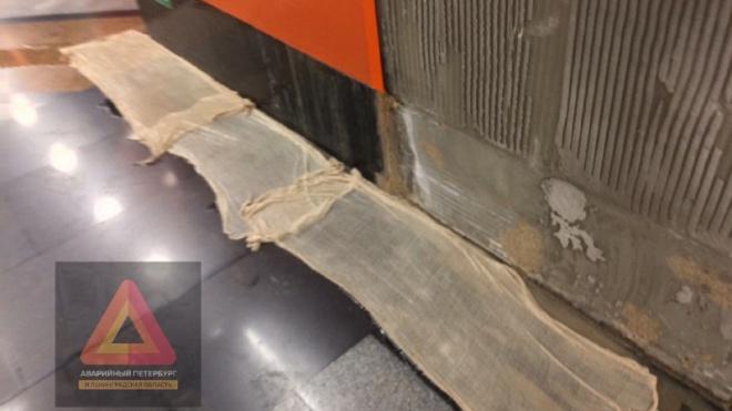 """Протечки на станции """"Беговая"""" устраняют с помощью грязных тряпок"""