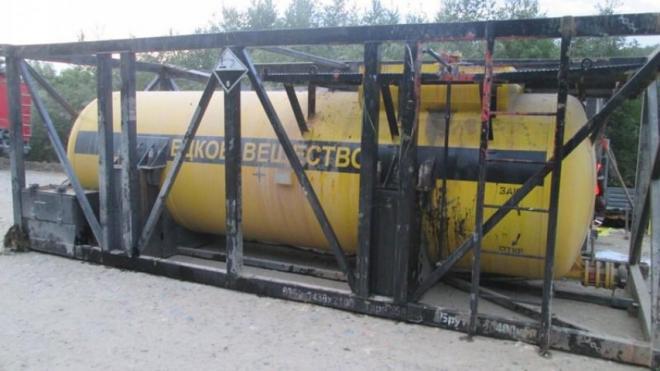 Под Красноярском перевернулся грузовик с серной кислотой