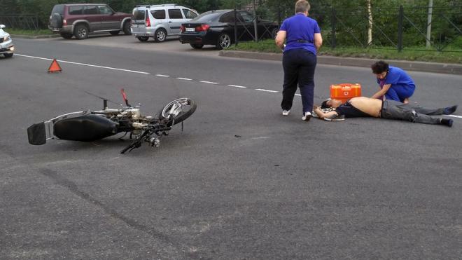 """Во Всеволожске черная """"БМВ"""" сбила молодого человека на мотоцикле"""