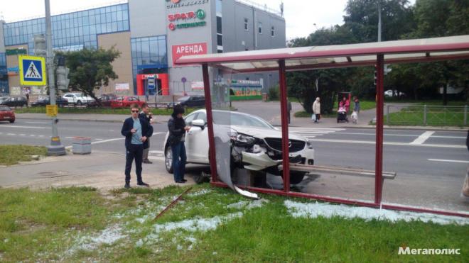 "Автоледи на ""Мазде"" снесла остановку на улице Тельмана"