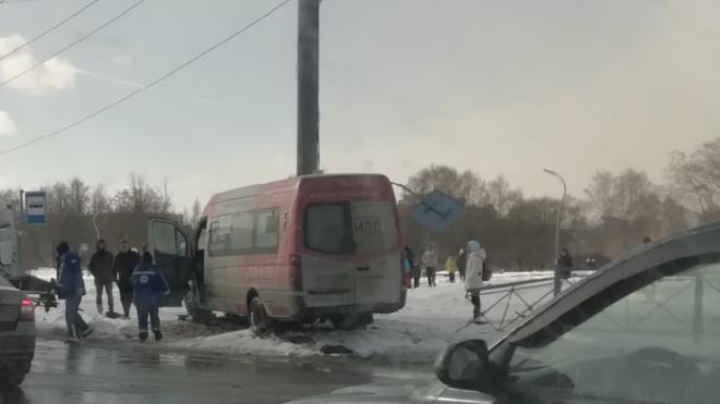 Маршрутка врезалась в ограждение и снесла дорожный знак на Светлановском проспекте
