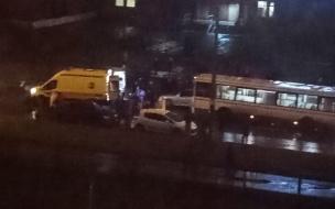 Двое пешеходов попали под колеса автобуса на Звездной улице