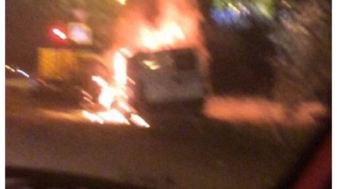 На Пискаревском проспекте горит машина инкассаторов
