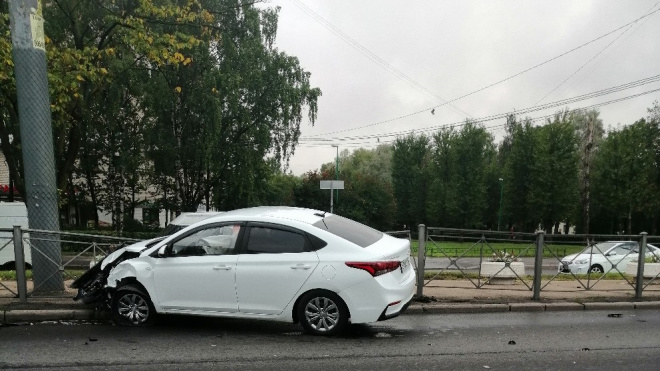 Две белых иномарки влетели в забор на перекрестке проспекта Ветеранов и улицы Танкиста Хрустицкого