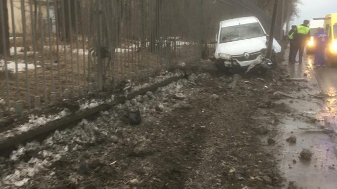 На Пулковском шоссе белая иномарка со всей скорости влетела в столб