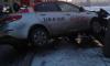На Октябрьской набережной таксист врезался в ограждение и чуть не упал в Неву