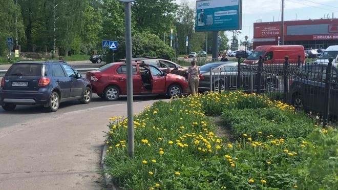 """У выборгского гипермаркета """"Магнит""""столкнулись три автомобиля"""