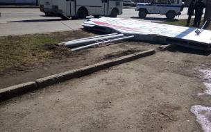 В Уфе упавший из-за ветра рекламный щит насмерть задавил женщину