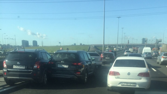 Массовое ДТП на КАД перед Большим Обуховским мостом спровоцировало пробку