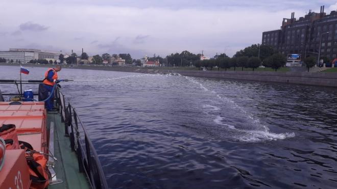 Неву в нескольких районах Петербурга очистили от нефтяных пятен
