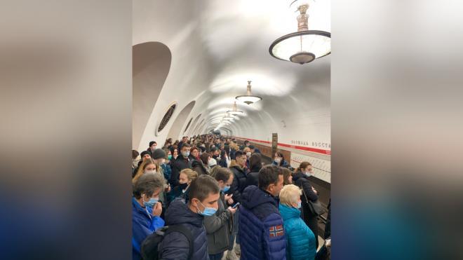 """Вечером в среду на """"красной"""" ветке метро произошел сбой в движении поездов"""