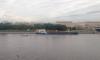 У Володарского моста баржа с древесной щепой села на мель: ее пришлось буксировать