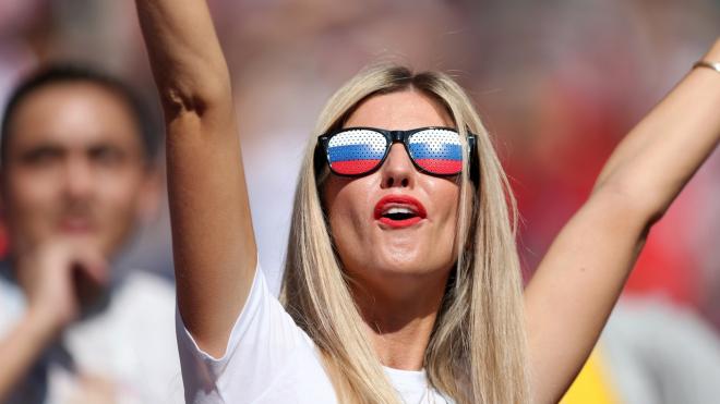 Фан-зона Петербурга собрала тысячи болельщиков, пришедших посмотреть игру Испания-Россия