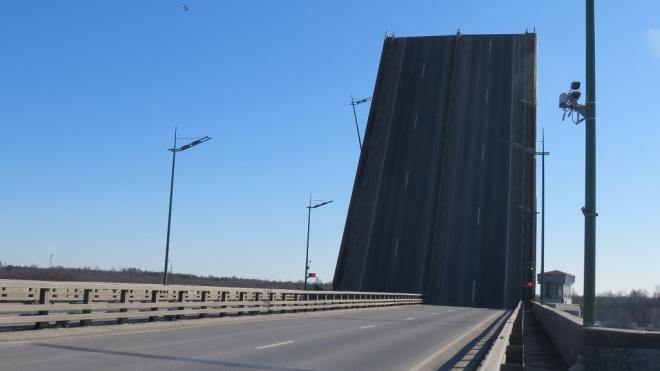 Ладожский мост разведут в пятницу утром на 45 минут