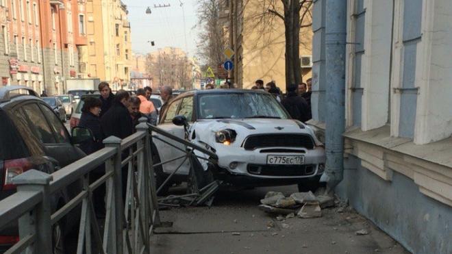 """Гламурная девушка на """"Мини Купере"""" перепутала педали и влетела в дом на Чкаловском"""