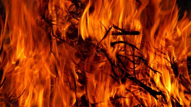 30 сотрудников МЧС тушили пожар в Невском районе