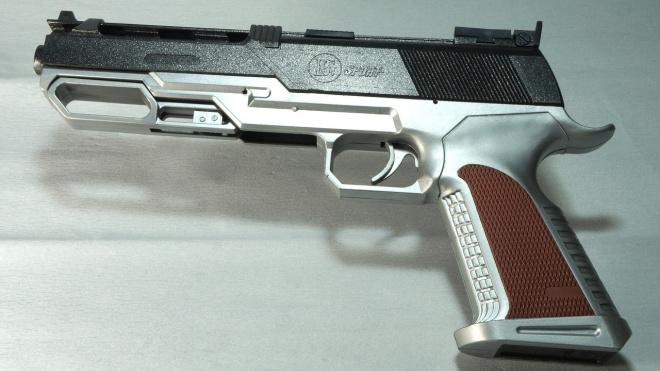 В Новосибирской области мужчина, угрожая игрушечным пистолетом, украл из магазина пачку пельменей и 2 флакона духов
