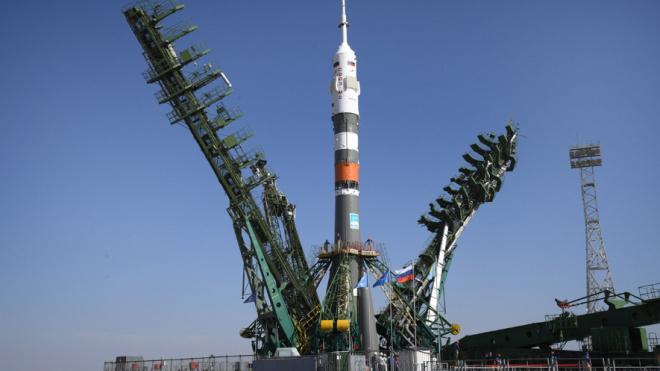 """Ракету """"Союз-2.1а"""" вывезли на старт для первого полета с людьми"""
