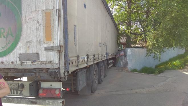 В п. Тельмана водителю грузовика стало плохо и фура влетела в частный двор