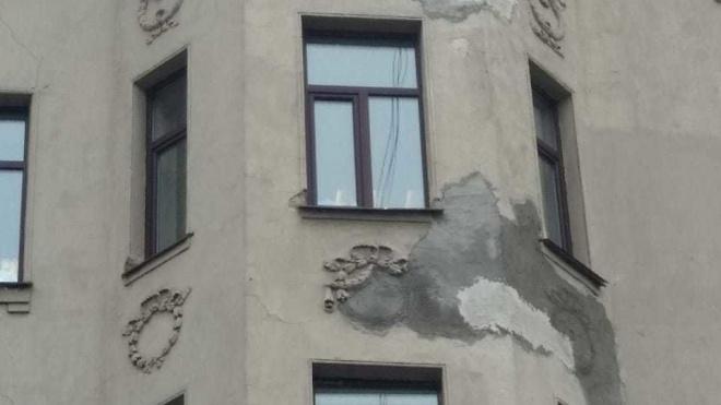 КГИОП хочет через суд обязать коммунальщиков вернуть прежний вид лепнине на Петроградской