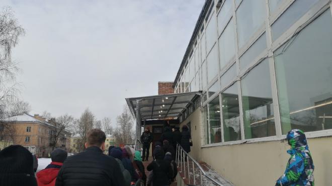 В Невском районе петербуржцы провели несколько часов в очереди за загранпаспортами