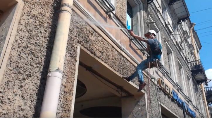 Коммунальщики очистили 76 улиц Петербурга от грязи