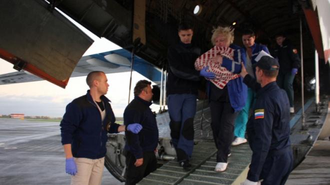 В Петербург спецбортом МЧС доставили 6 детей и беременную женщину