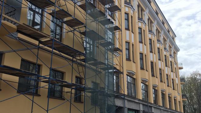 В Фонде капитального ремонта Ленобласти прокомментировали ситуацию с падением камней со строительных лесов на улице Димитрова
