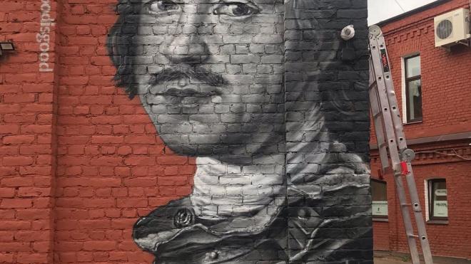 На стенепетербургскогобарапоявилось граффити с Петром I