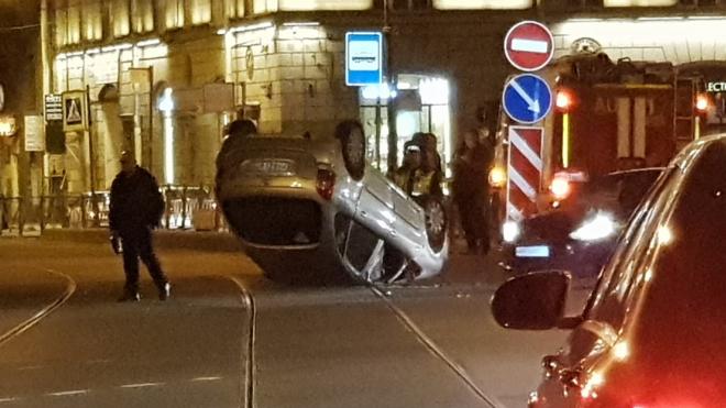 В центре Петербурга иномарка легла на крышу