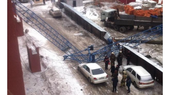 Женщина с коляской чудом спаслась из-под рухнувшего башенного крана в Новосибирске