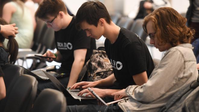 В Ленобласти собирают планшеты для дистанционного обучения школьников