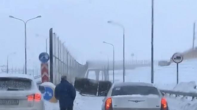 """На КАД """"Газель"""" заблокировала съезд в сторону Ломоносова"""